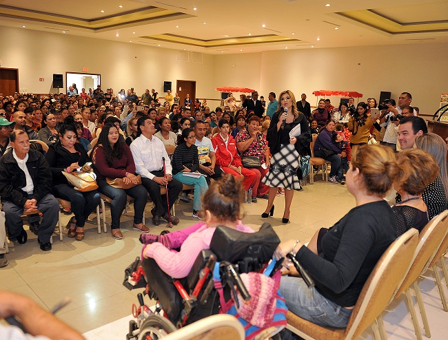 Entrega Gobernadora apoyos a personas con discapacidad